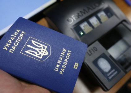 """С сегодняшнего дня полиграфкомбинат """"Украина"""" будет производить вдвое больше загранпаспортов благодаря началу работы новой линии стоимостью 1,7 млн евро"""