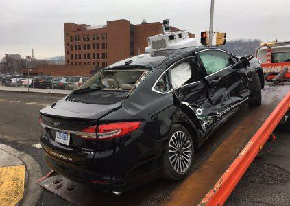 В результате аварии с участием самоуправляемого автомобиля Ford два человека попали в больницу