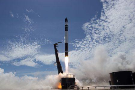 Rocket Lab впервые успешно запустила сверхлегкую ракету Electron, выведя на орбиту три маленьких спутника