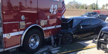 Электромобиль Tesla Model S с включенным автопилотом врезался в пожарную машину сзади