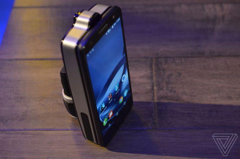 Модуль Lenovo Vital Moto Mod для смартфонов Moto Z заменяет несколько медицинских приборов и измеряет даже давление, но и стоит дороже почти любого смартфона производителя