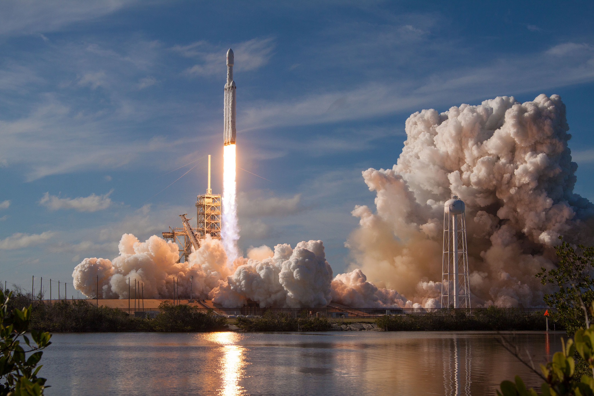Центральный ускоритель Falcon Heavy разбился и повредил платформу, траектория полета Tesla сильно отклонилась от орбиты Марса