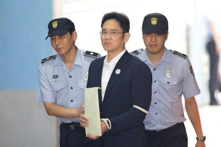 Осужденного за взяточничество главу Samsung выпустили на свободу, отсрочив исполнение приговора и сократив тюремный срок до двух с половиной лет