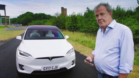 Джереми Кларксон впервые за 10 лет протестировал электромобиль Tesla. С собой он взял 6 юристов, так как предыдущий обзор Tesla Roadster закончился судебным иском [видео]