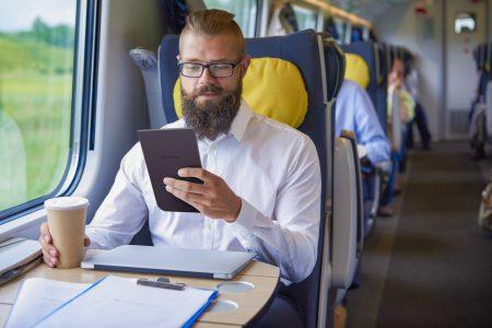 """PocketBook представила ридер PocketBook InkPad 3 с сенсорным 7,8-дюймовым экраном E Ink Carta и """"умной"""" подсветкой SMARTlight"""