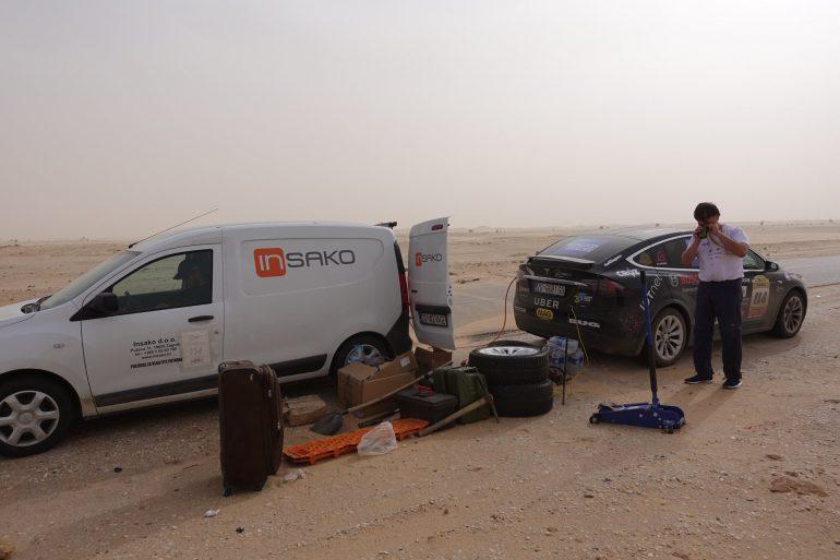 Кроссовер Tesla Model X стал первым электромобилем, который пересек пустыню Сахара