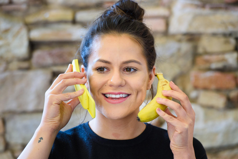 0fba3ddde3bac7 ... кожуры Banana Yellow, вдобавок к «традиционно черному» (Traditional  Black). И это первый телефон, получивший скользящую крышку с тех пор…  испокон веков!