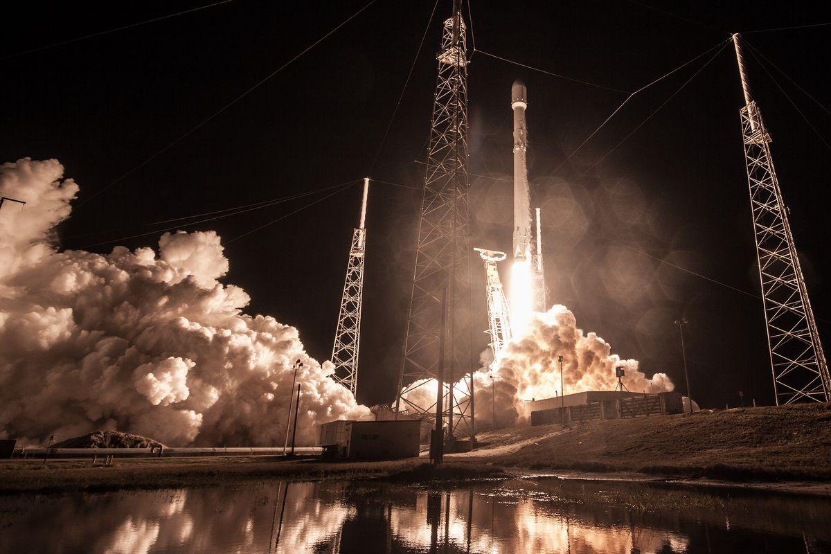 SpaceX Илона Маска запустила ракету Falcon 9 сиспанским спутником