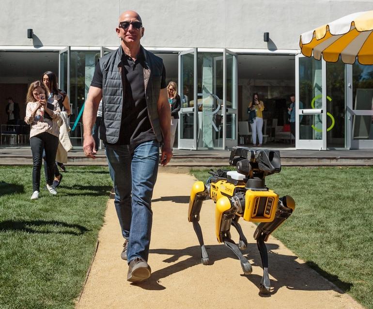 Директор Amazon продемонстрировал, как «выгуливает» собаку-робота