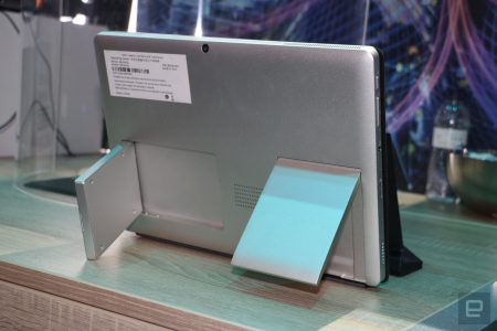 Intel показала на MWC 2018 концепт ноутбука-трансформера с 5G-модемом и антенной, встроенными в огромные откидывающиеся подставки