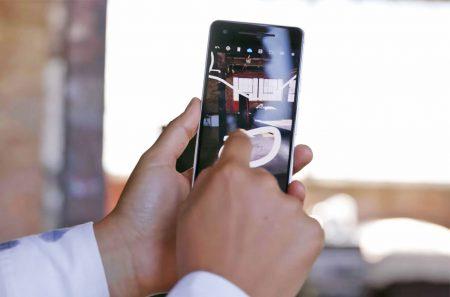 Google выпустила AR-приложение Just a Line. Все, что оно умеет – рисовать белые линии в пространстве