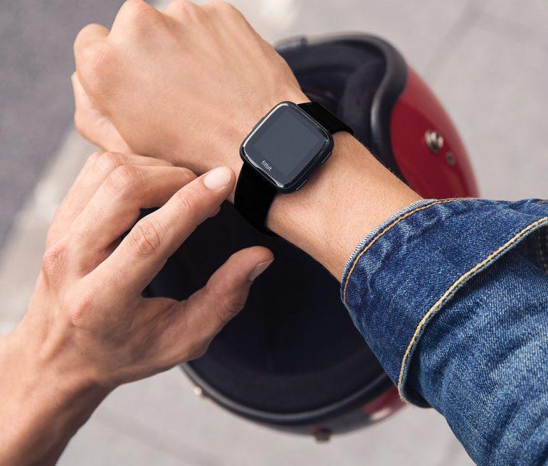 Фитнес-трекер для детей выпустила компания Fitbit