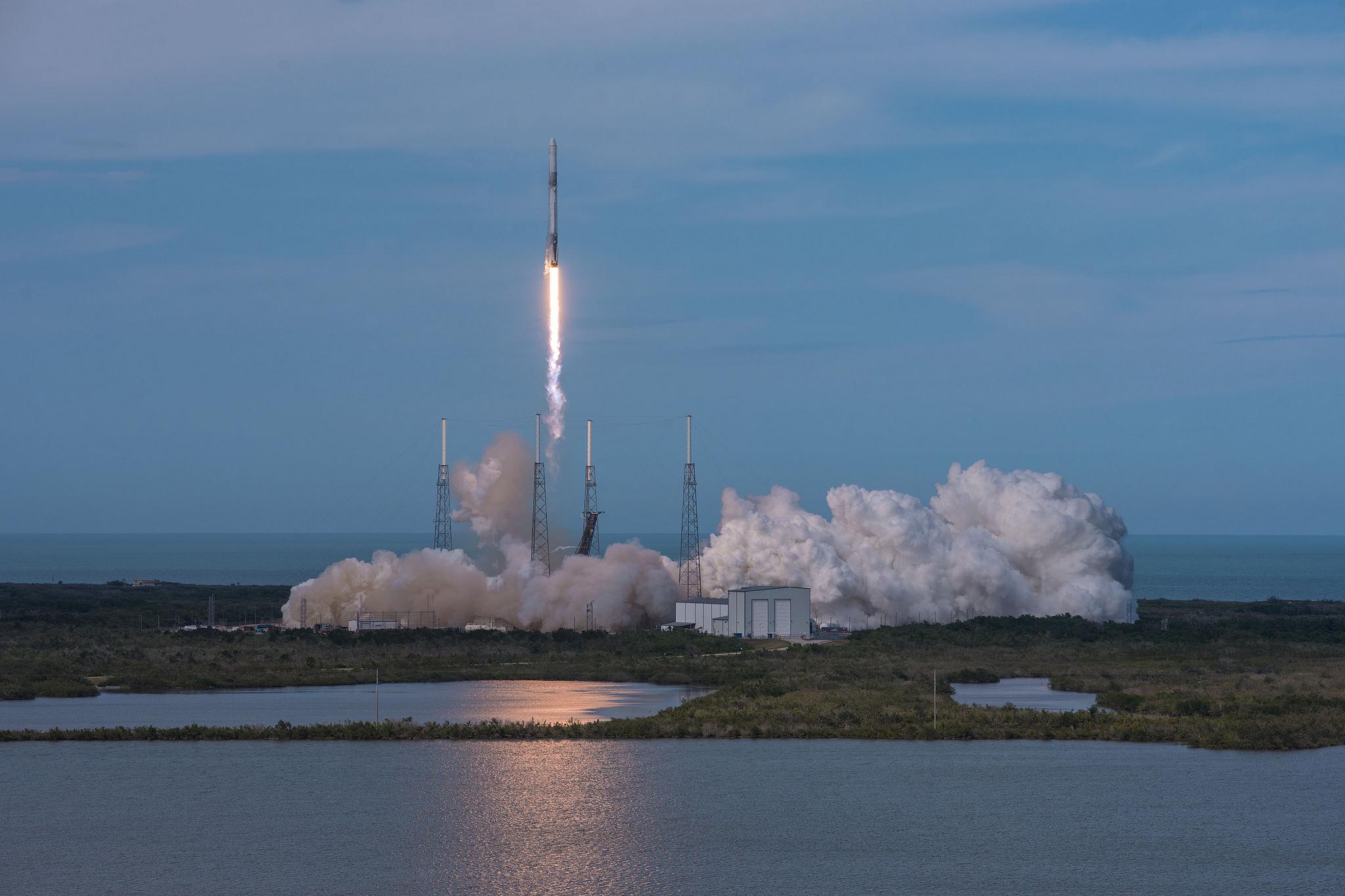 SpaceX во второй раз запустила вместе уже летавшие ракету Falcon 9 и грузовой корабль Dragon. Среди прочего груза – охотник за космическим мусором RemoveDEBRIS