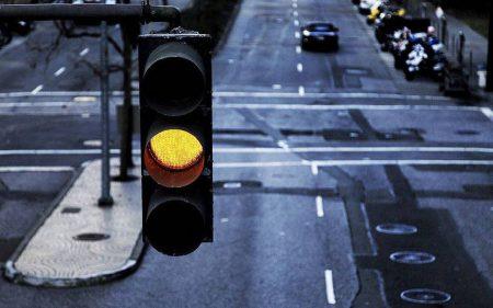 Правительство задумалось об отмене желтого сигнала светофора