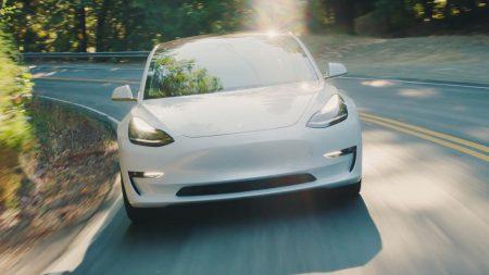«Как BMW M3, но быстрее и лучше в управлении»: Илон Маск рассказал о новой версии Tesla Model 3 с двумя моторами и разгоном до 100 км/ч за 3,5 с