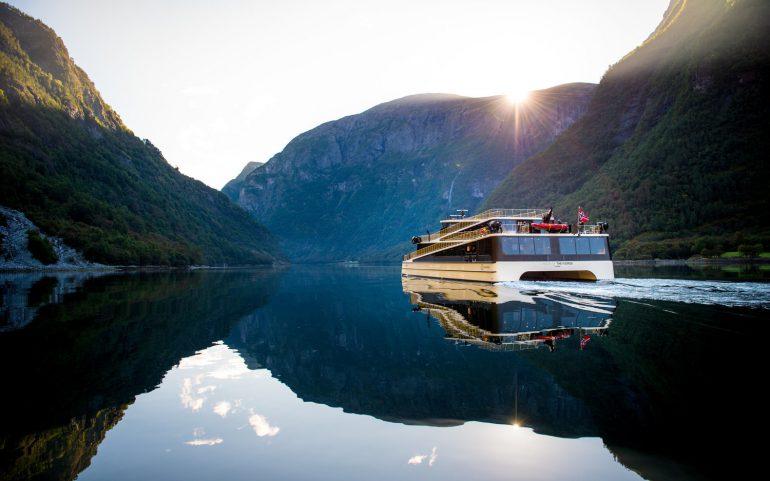 В Норвегии построили 400-местный электрический катамаран Future of the Fjords мощностью 900 кВт и с батареей на 1800 кВтч