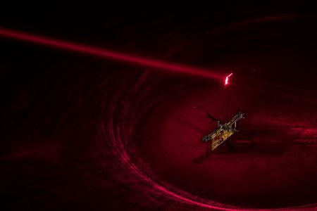 Ученые запитали роботизированную муху RoboFly с помощью лазера