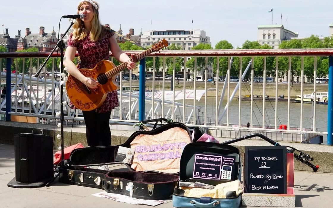 Власти Лондона стали выдавать уличным музыкантам терминалы для бесконтактного сбора денежных средств