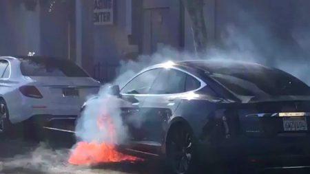Tesla Model S режиссера «Карточного домика» загорелась на ходу [видео]