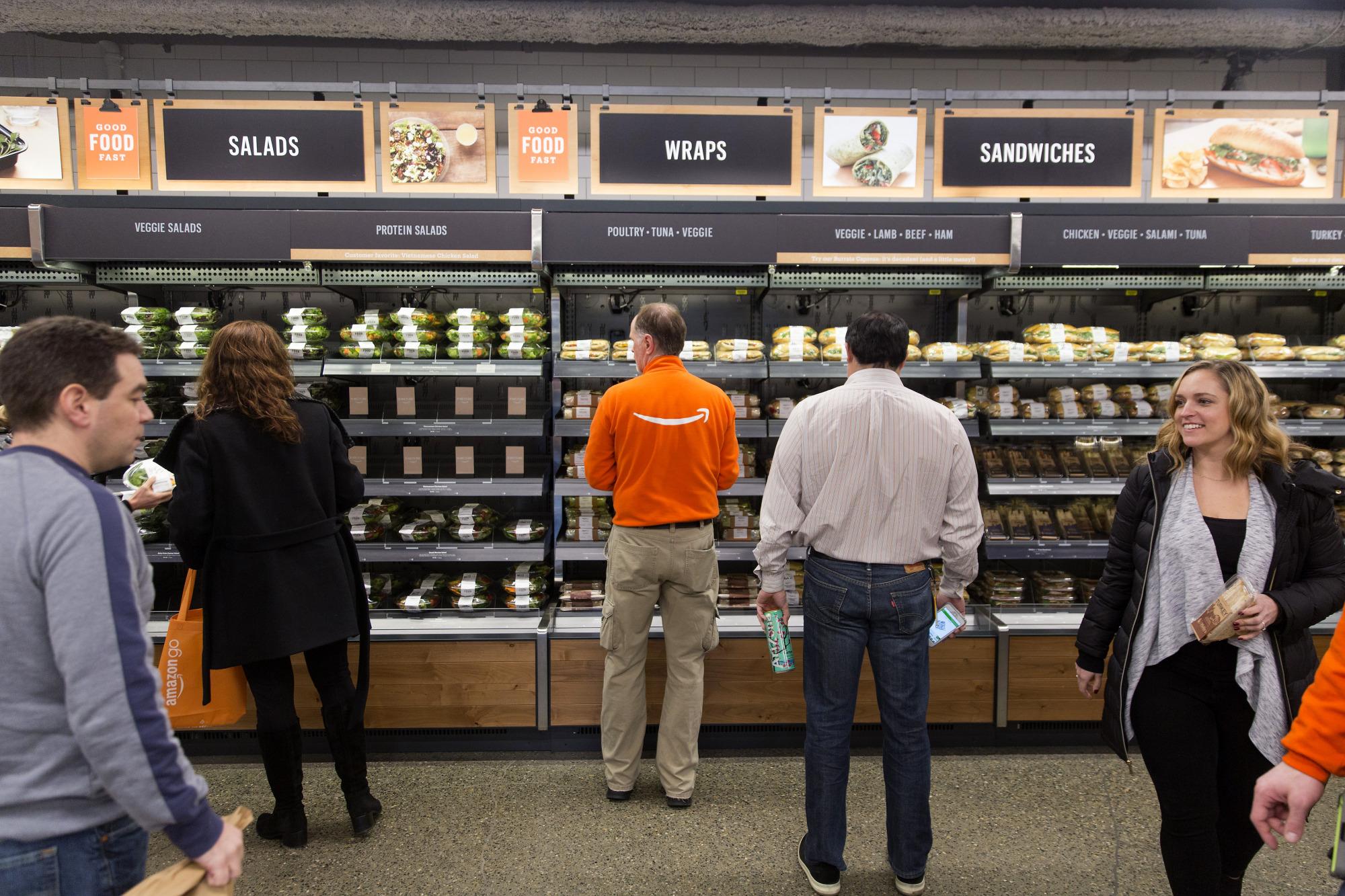 Bloomberg Amazon начала подменять менеджеров ботами