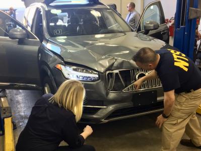 Водитель самоуправляемого автомобиля Uber, который сбил насмерть пешехода, перед столкновением смотрел телешоу на смартфоне