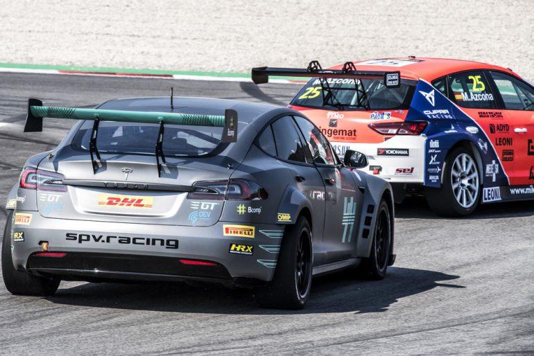 На трассу впервые вышел модифицированный электромобиль Tesla Model S P100DL для гоночной серии Electric GT