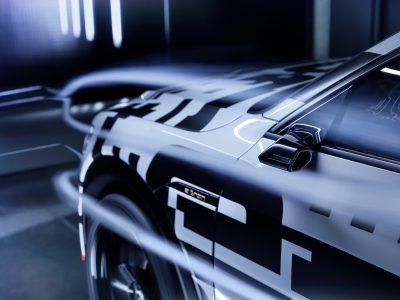 Работу виртуальных наружных зеркал электрокроссовера Audi e-tron сняли на видео
