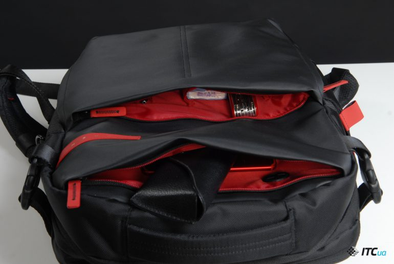 92617d6cac895 Верхний карман на спереди позволяет положить в него небольшой планшет или  смартфон и вывести кабель для зарядки из внутреннего отделения, ...
