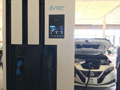Ёлектромобиль Nissan Leaf следующего поколени¤ с батареей на 60 к¬тч сфотографировали на скоростной электрозаправке