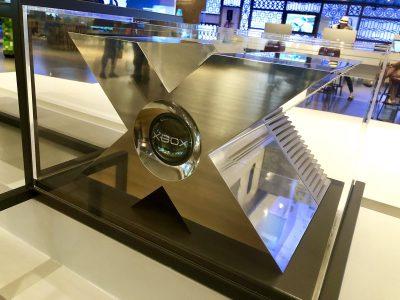Microsoft выставил в музее прототип первой консоли Xbox в виде массивной алюминиевой буквы «X»