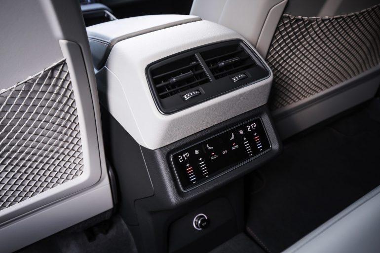Audi показала внутренне убранство электрического кроссовера e-Tron Quattro со множеством экранов [Фотогалерея]