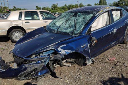 После аварии Tesla Model 3 с несколькими переворотами кабина сохранила целостность, а водитель не получил серьёзных травм