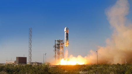 Blue Origin в девятый раз успешно испытала New Shepard: отделила капсулу с манекеном и вернула назад ракету