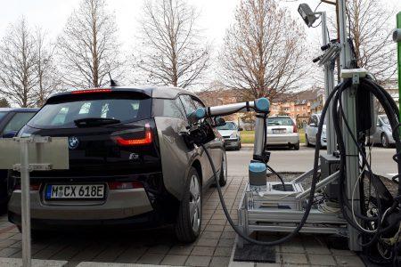 Австрийцы создали роботизированную зарядную станцию, которая работает с любыми электромобилями [видео]