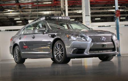 Toyota инвестирует $500 млн в Uber для совместного создания беспилотных такси