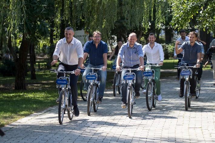 В Киеве открыли систему общественного велопроката Nextbike. Пока доступно 100 велосипедов, в следующем году их количество обещают довести до 2000 штук