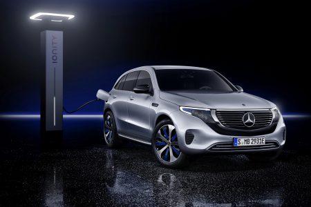 Серийный электрокроссовер Mercedes-Benz EQC представлен официально: два двигателя на 300 кВт, разгон до «сотни» за 5 с и батарея на 80 кВтч с запасом хода 450 км (NEDC)