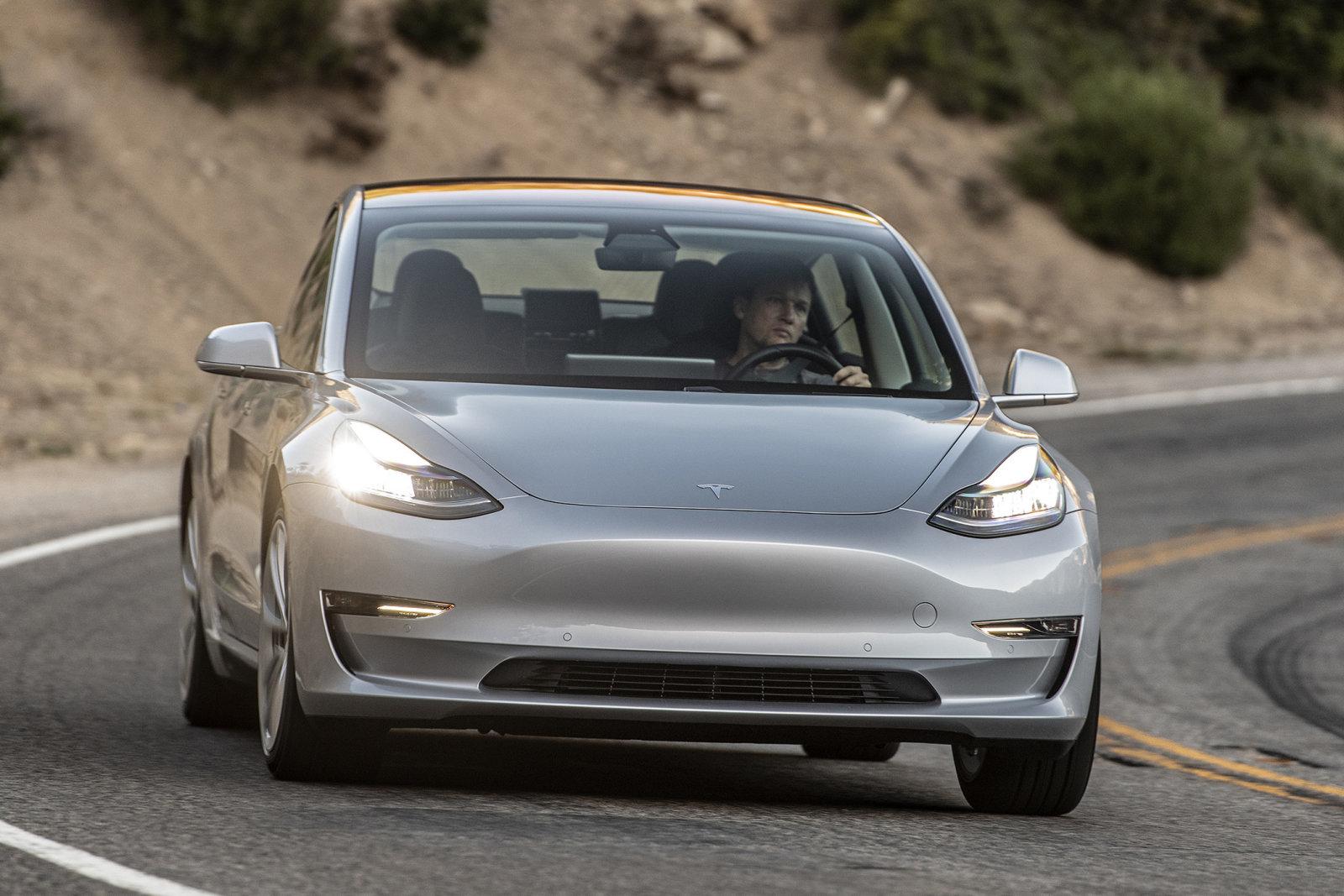 Хакеры показали, как взломать Tesla Model Sприбором за600 долларов