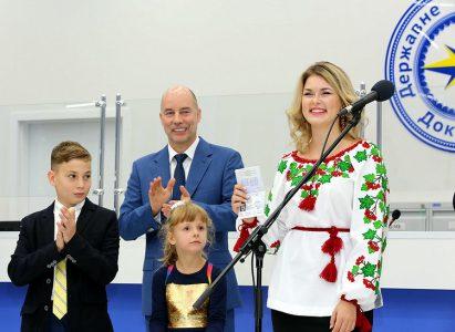 В Украине выдали десятимиллионный биометрический загранпаспорт, церемонию вручения посетили Президент и министр МВД