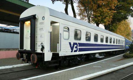 «Укрзалізниця» показала первый модернизированный пассажирский вагон в новой ливрее 🚃. Там климат-контроль в каждом купе!