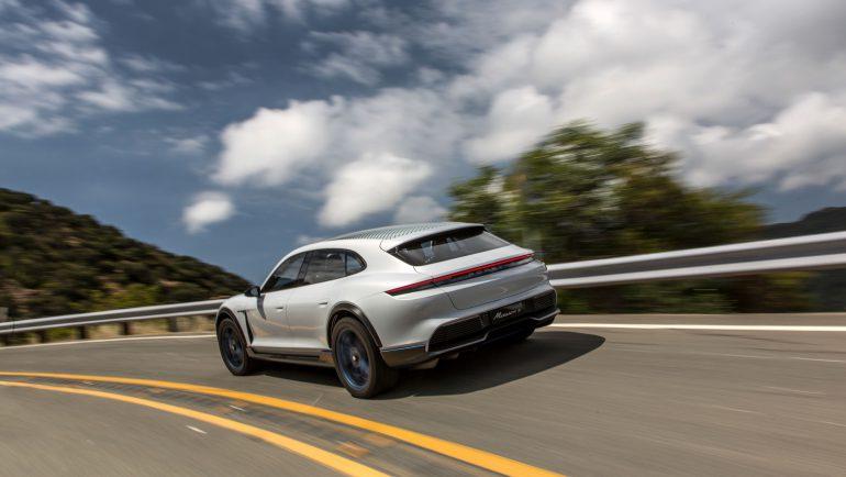 Porsche официально подтвердила выход серийной версии электрокроссовера Mission E Cross Turismo с мощностью 600 л.с. и запасом хода 500 км