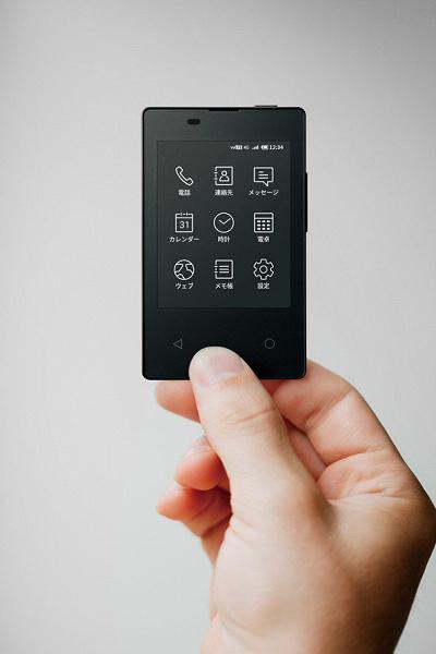 NTT DoCoMo и Kyocera представили очередной самый легкий и самый тонкий смартфон в мире. Он размером с кредитку и может поместиться в кошельке, но слишком урезан в функциональности