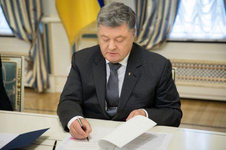 Порошенко подписал указ про введение военного положения на 60 дней