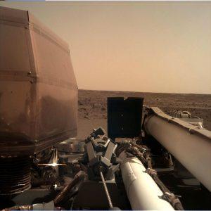 Зонд InSight развернул солнечные батареи и прислал свое селфи [+ новое фото Марса крупным планом]