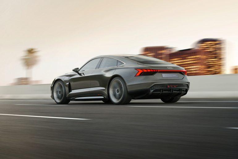Ёлектромобиль Audi e-tron GT представлен официально: мощность 590 л.с., разгон до сотни за 3,5 с, батаре¤ 90 к¬тч, запас хода 400 км (WLTP) и начало продаж в 2021 году