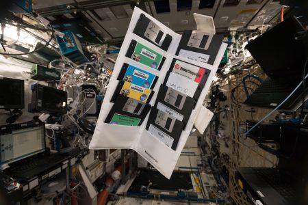 На МКС найдены дискеты, оставленные там почти 20 лет назад. На одной из них записаны программы для Windows 95/98