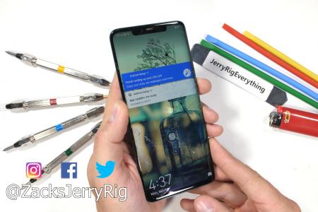 JerryRigEverything «раскрошил» пальцами экран смартфона Huawei Mate 20 Pro во время теста на изгиб