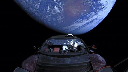 Tesla Roadster, отправленный в космос ракетой Falcon Heavy, пересёк орбиту Марса