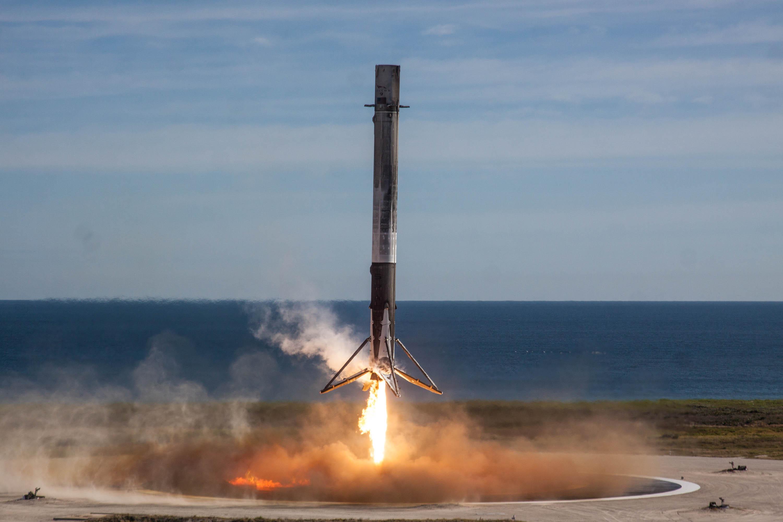 Маск показал видео падения ступени Falcon 9 вокеан