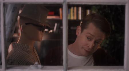 Google совместно с Маколеем Калкиным воссоздала сцены из фильма «Один дома»